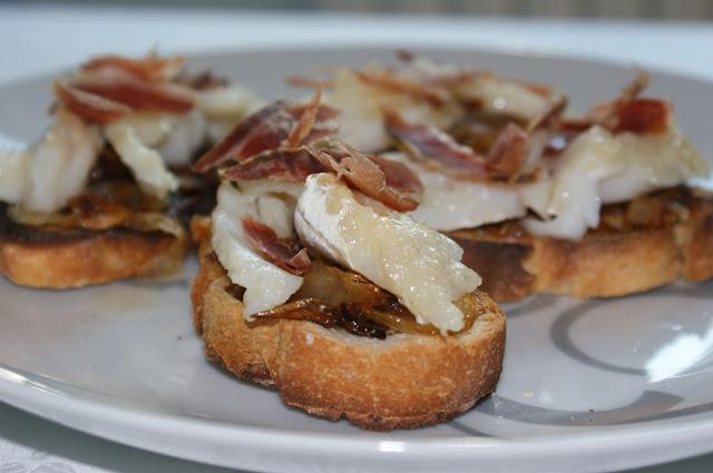 Lupe te da recetas tosta de bacalao con cebolla y jam n - Aperitivos con bacalao ...