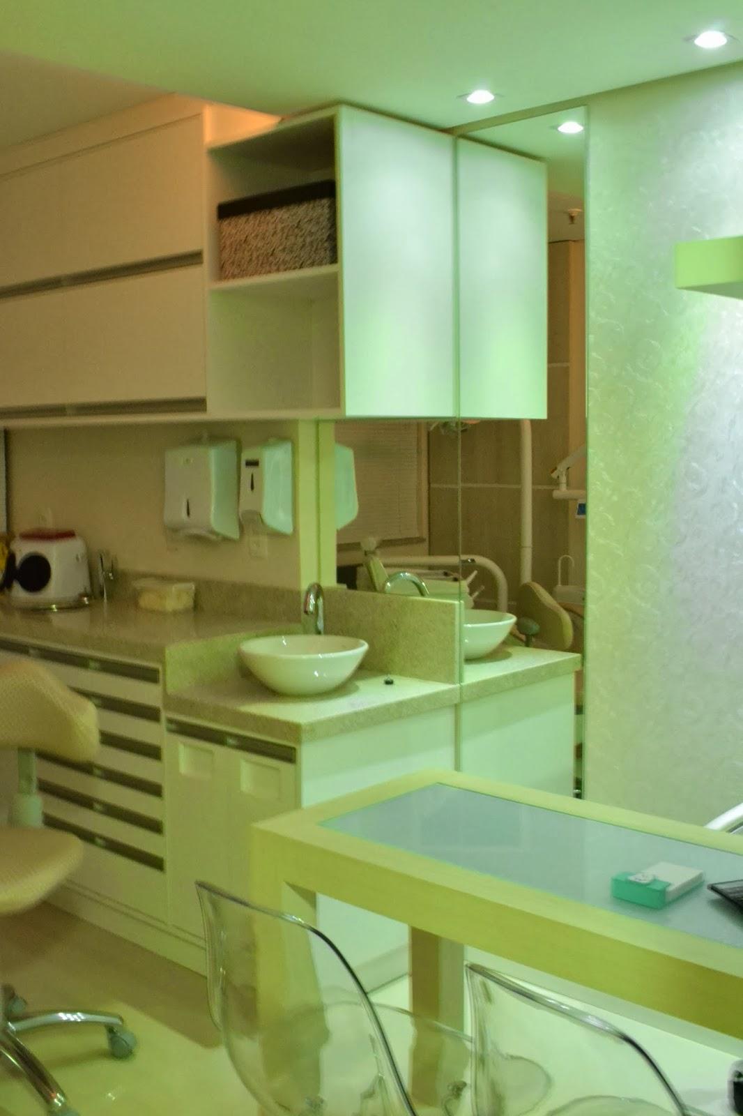 #3E3A12 Corredor de acesso aos consultórios copa e porta de acesso ao  1066x1600 px projeto banheiro adaptado