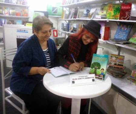 Elza Ghetti Zerbatto autografa seu livro na Bienal do Livro