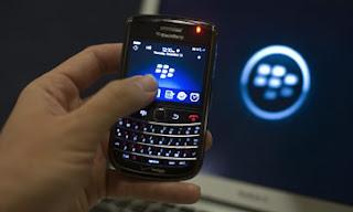 CIUDAD DE MÉXICO (CNNExpansión) — Para BlackBerry sólo hay una buena noticia estos días: el 2011 ya se va a terminar. Las acciones de la Research in Motion (RIM), fabricante del smartphone, se desploman la mañana deesteviernes tras la presentación de sus resultados financieros del cuarto trimestre el jueves pasado. Los títulos de la firma canadiense se hundieron 11.17% a 13.44 dólares al cierre del mercado, y acumulan una pérdida de 76.88% en lo que va del año, según datos de CNNMoney. Varias corredurías recortaron este viernes el precio objetivo para las acciones de Research in Motion, y pusieron en