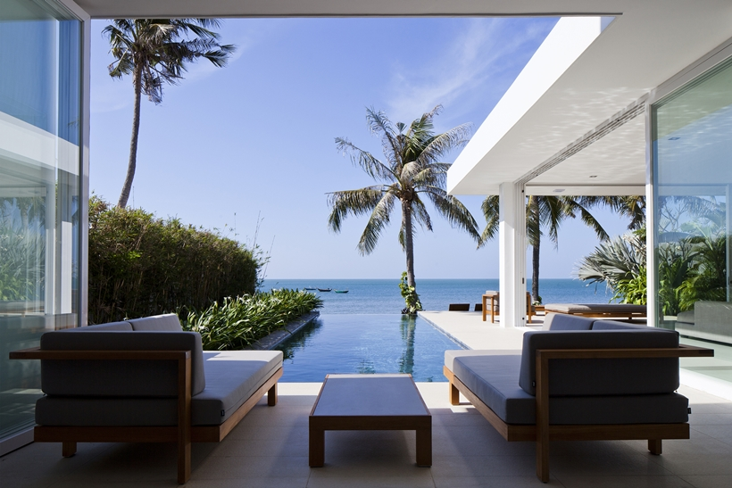 Terrace, swimming pool and ocean