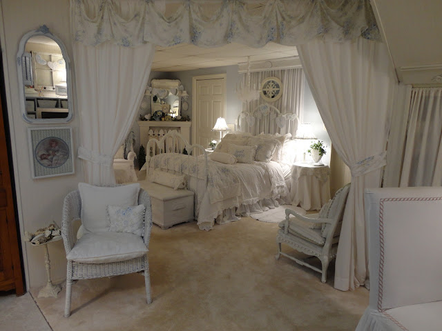 Shabby chic style home tour debbiedoos - Camere da letto stile shabby ...