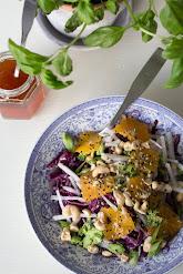 Punakaalisalaatti ja thaikastike