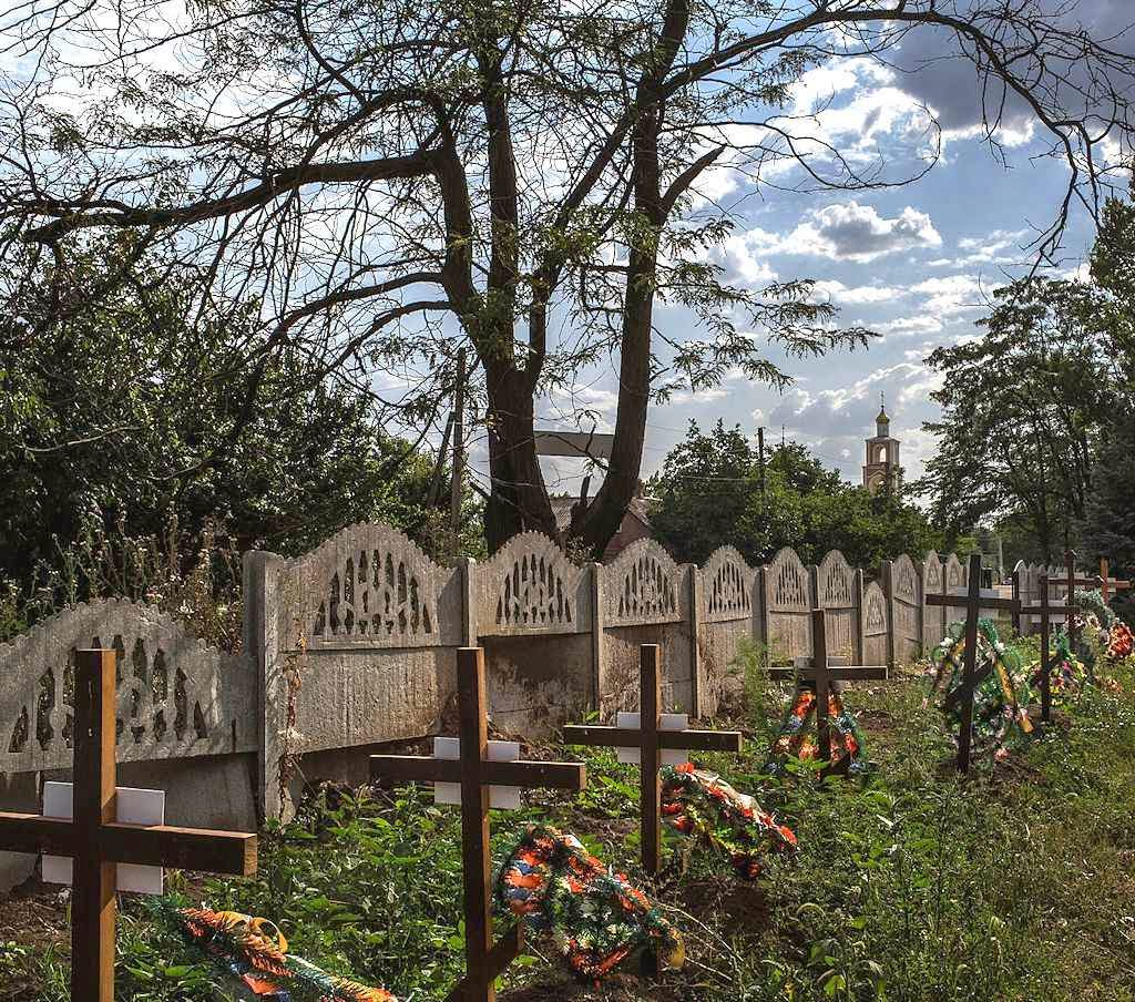 Junto a uma igreja cismática cruzes e um número guardam o segredo das baixas russas. Sloviansk, Ucrânia.