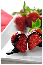 Reducción de módena y zumo de fresas
