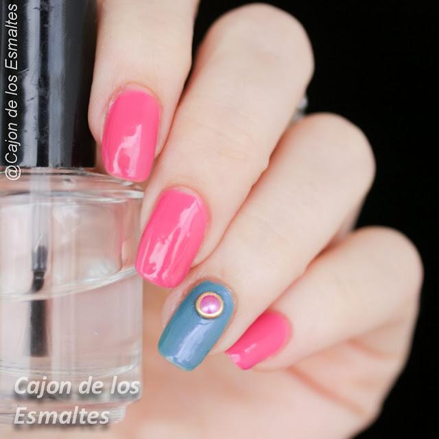 Decoración sencilla de uñas con tachas