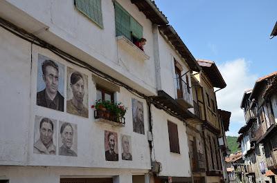 retratos pintados sobre las fachadas de mogarraz