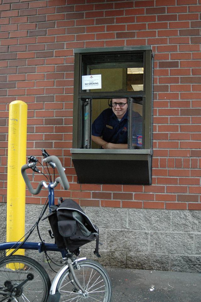 Lanchonete tem drive-thru para bicicletas