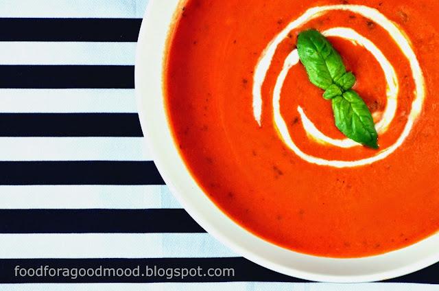 Dobrze wszystkim znana zupa pomidorowa w zupełnie nowej odsłonie. Świeża, lekka i bardzo bardzo zdrowa. Lekko kwaśna natura pomidorów została złagodzona mleczkiem kokosowym, które nadało zupie niepowtarzalnego smaku i aromatu. Do tego słuszna garść świeżej bazylii i oto mamy kolejne godne wypróbowania danie. Polecam gorąco, również wegetarianom - będziecie bardzo pozytywnie zaskoczeni :)