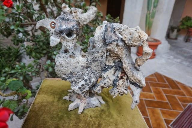 escultura piedra gallo