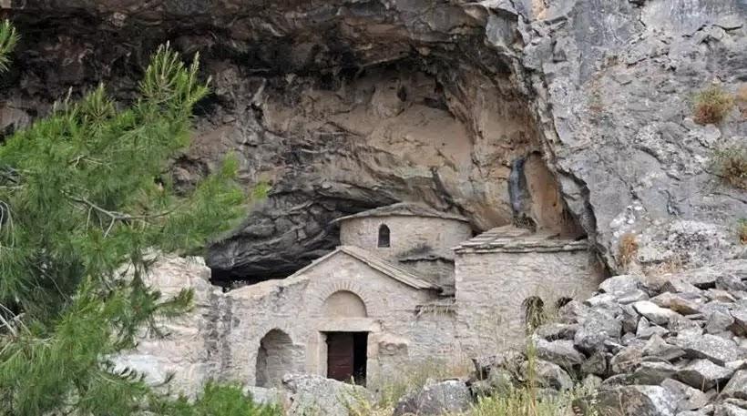 Η σπηλιά του Νταβέλη για πρώτη φορά από ψηλά! (βίντεο)
