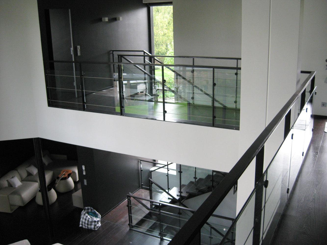 Home by stars: vit trappa, svart trappa, trä, stål....