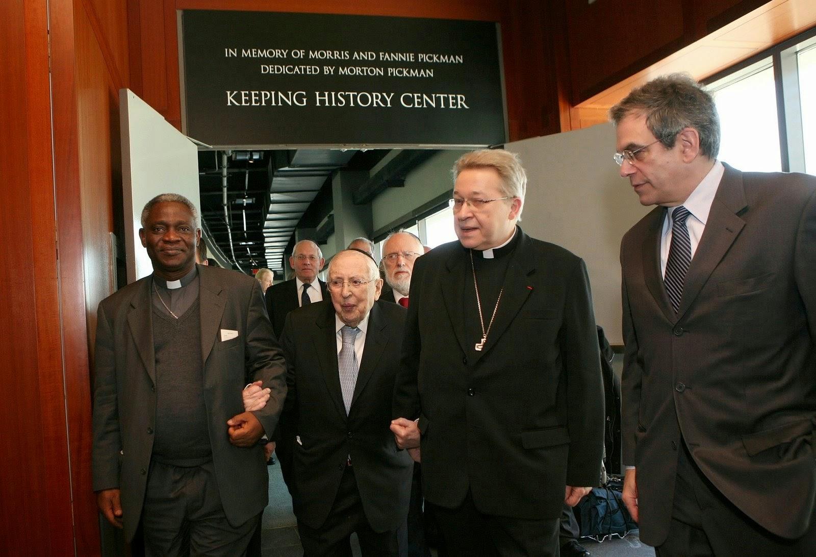Francisco esconde la cruz ante los judios Press_photo_1