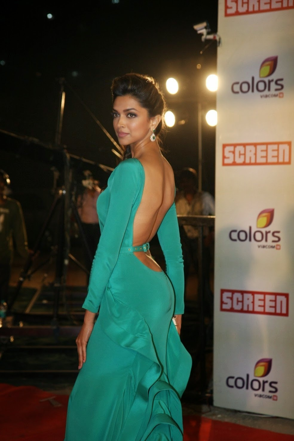 Deepika Padukone In Green Backless Dress At The 18th Colors Screen Awards