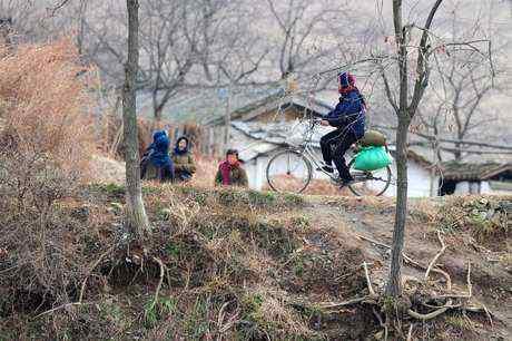 Dilarang+Naik+Sepeda Peraturan – Peraturan Aneh Wanita Korea Utara