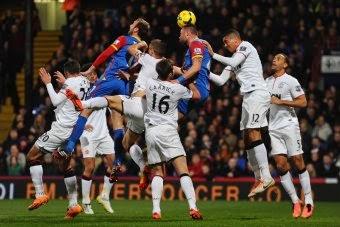 Agen bola terpercaya - perebutan bola di udara lebih diungguli oleh para pemain bertahan Crystal Palace, namun United berhasil menang dengan skor 0-2