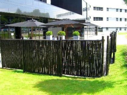 Bahçe dekorasyonunda şık görünümlü dekoratif çit modelleri