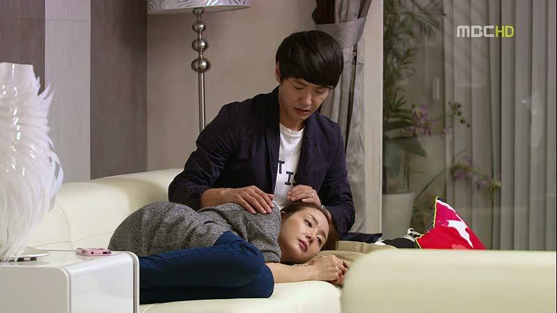 Ia berbaring, kepalanya berada di pangkuan Hyung Woo yang