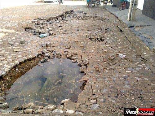 Estouramento de cano causa cratera na rua Coronel Manoel de Aquino