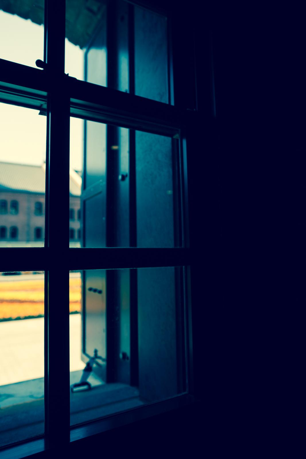 光が綺麗な窓辺の写真