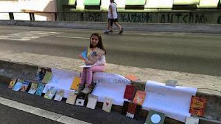 Menina de 9 anos doa livros em elevado de São Paulo: 'As pessoas vão ficar mais inteligentes'