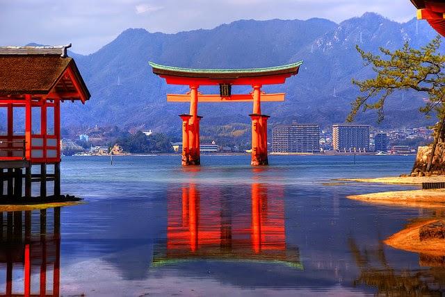Kuroi manekineko itsukushima jinja il for Moderni piani di palafitte