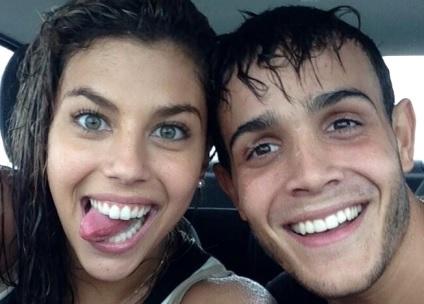 Foto de Alondra García Miró junto a Mario Irivarren dentro de un auto y mojados