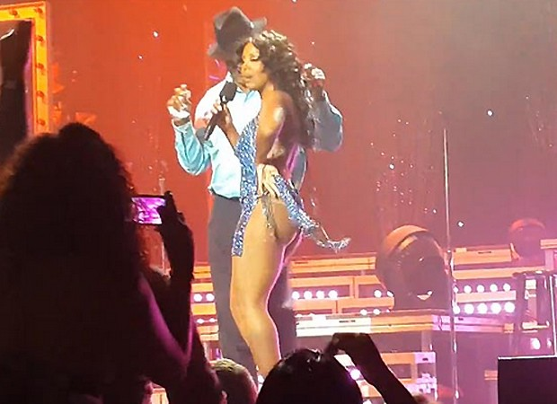 Dress rips and Toni Braxton shows ass on Show