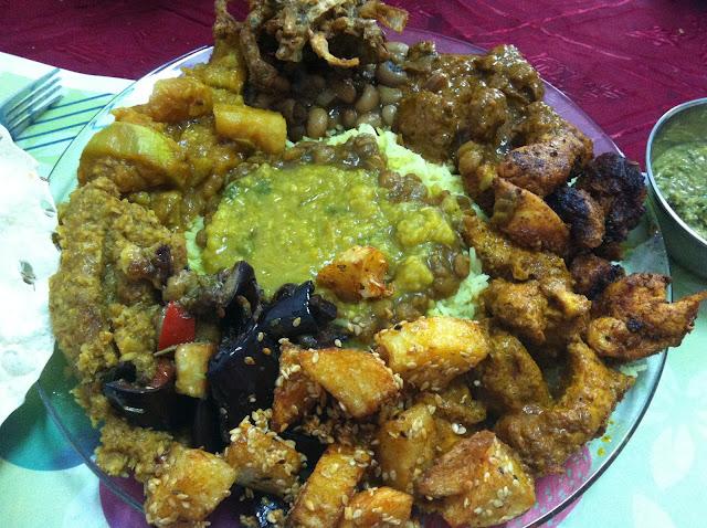עוף טיקה, עוף מסאלה, דאל, אורז, לוביה, תפוחי אדמה בסומסום, כרובית בקוקוס, חצילים, הכל טוב