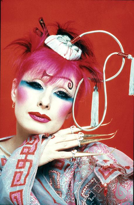 Ζάντρα Ρόουντς, Zandra Rhodes, Άγγλοι σχεδιαστές μόδας, ροζ μαλλιά