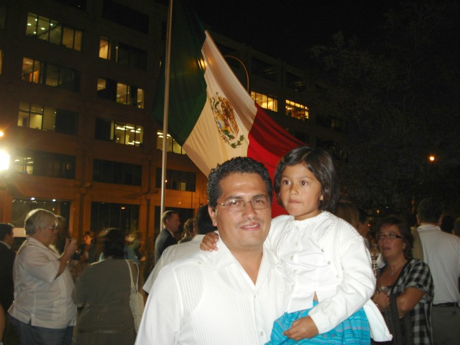 celebrando el grito de la independencia en la embajada de España en Madrid