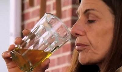 Jorok! Wanita Ini Ketagihan Minum Air Kencing Hangat