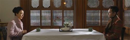 Kim Bo Yun as Na Hong Ran meets with Ma Te in a restaurant.