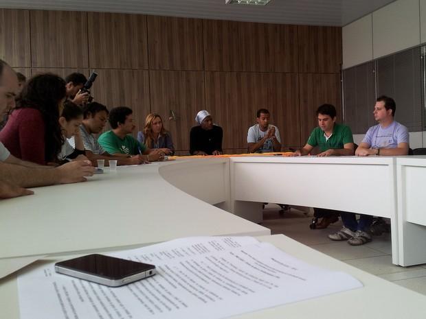 Madalena e representantes da ONG Casvi em reunião na Câmara, nesta 4ª (Foto: Thomaz Fernandes)
