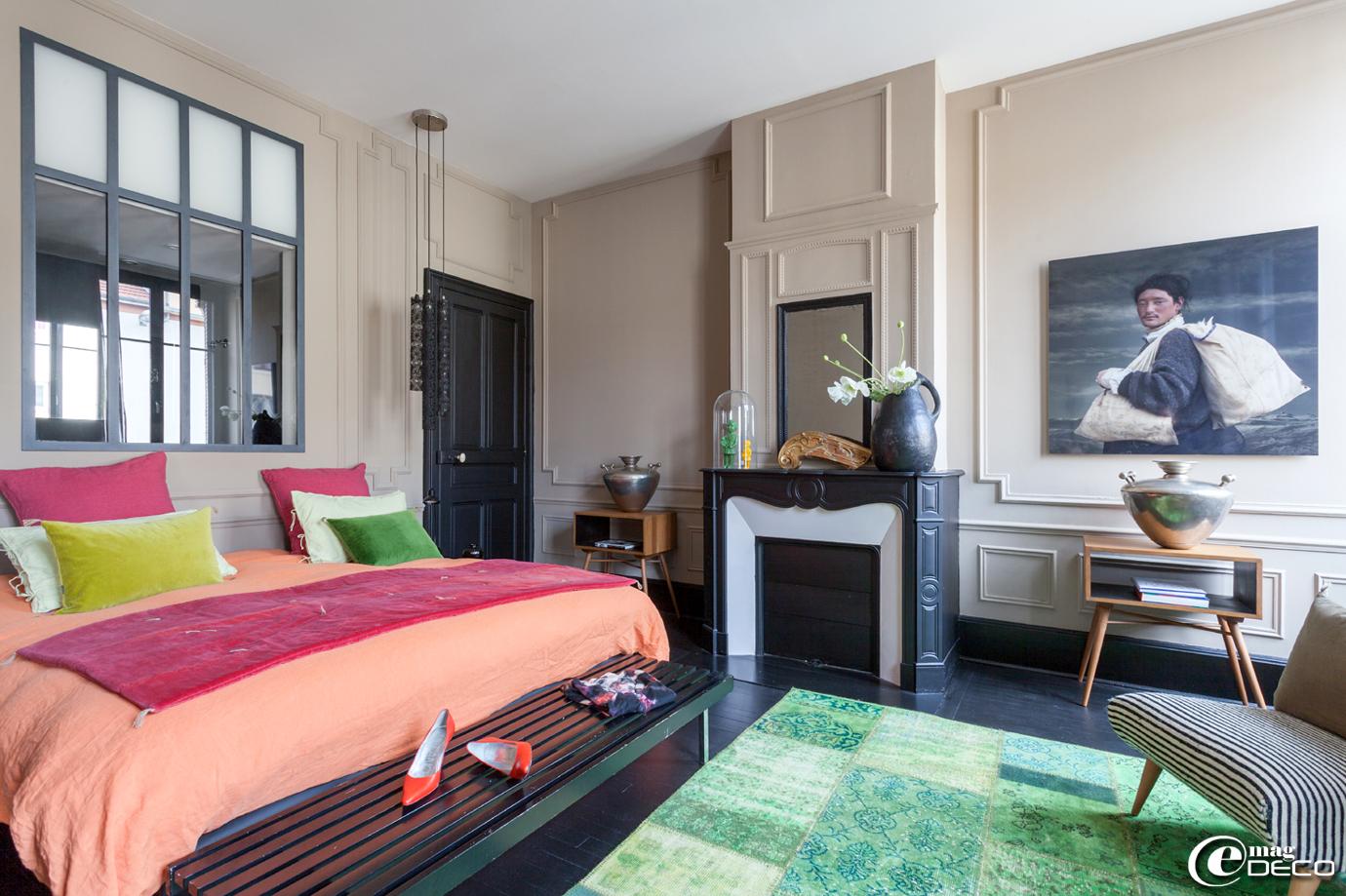 Dans une chambre de la maison d'hôtes 'La Villa 1901' à Nancy, courte pointe et coussins en velours et lin 'Caravane', housse de couette 'Harmony', banc 'Nordal'