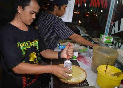 Penjual martabak sedang mempersiapkan pesanan pelanggannya. Foto Pontianak Post