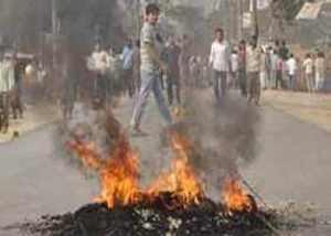 চট্টগ্রাম হাটহাজারীতে হিন্দু মন্দিরে মুসলমানদের হামলা সড়ক অবরোধ