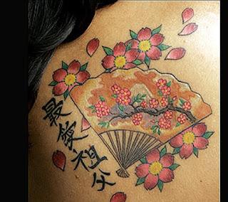Tatuaj oriental: evantai si flori de cires