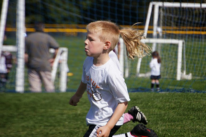 30 Pictures Taken At The Right Moment - Nice ponytail, Son!