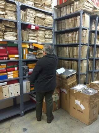 Pleitos que se amontonan en estanterías y cajas del archivo del viejo edificio judicial. // FdV