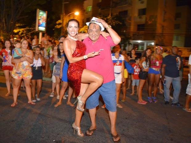 Musa da União da Ilha usou um vestido vermelho em ensaio para o carnaval de 2015