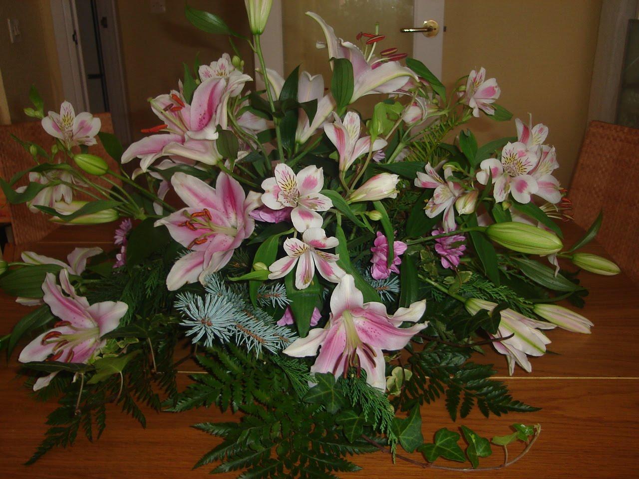 Flores naturales centro con lilium y alstroemerias - Centro de flores naturales ...