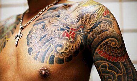 Tatuagem de dragão num ombro de um membro da Yakuza