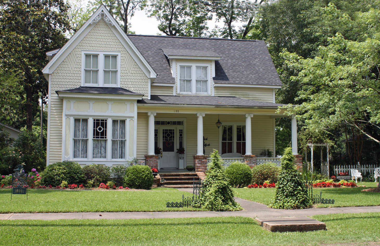 Southern lagniappe curb appeal southern style for Pictures of pretty houses