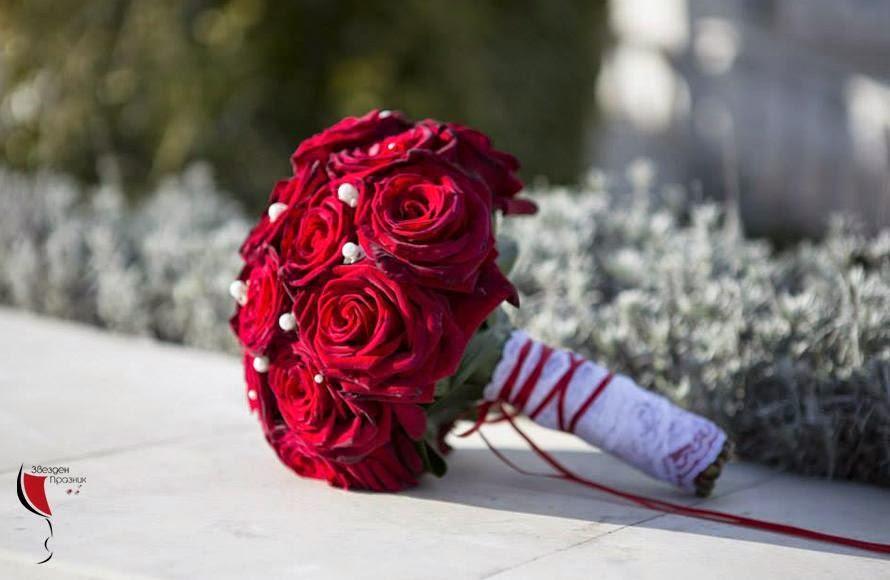 красив сватбен букет с ярко червени този и перлички