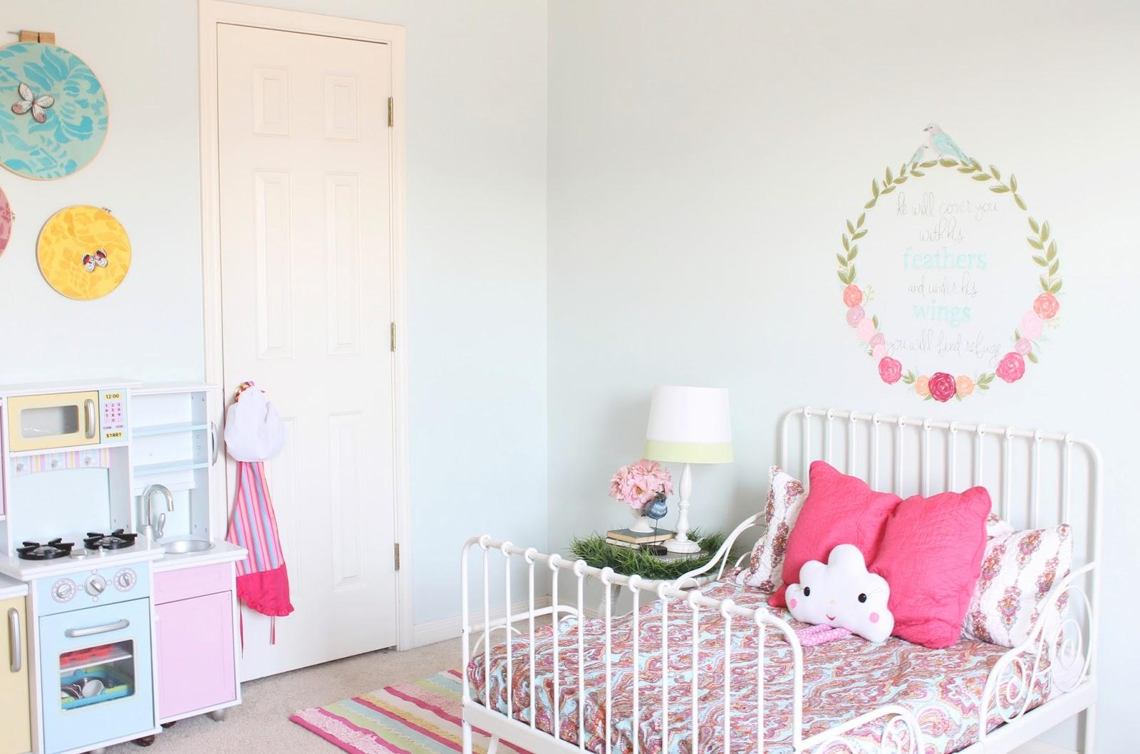 The ragged wren girls room makeover finally for Opciones para decorar mi cuarto