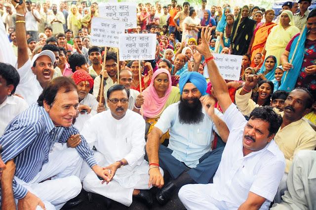चंडीगढ़ नगर निगम कार्यालय के बाहर डे- मार्केट के पक्ष में प्रदर्शन करते भारतीय जनता पार्टी के पूर्व सांसद सत्य पाल जैन व हरमोहन धवन के साथ 'रोड साइड वैंडर्स एसोसिएशन' के सदस्य।