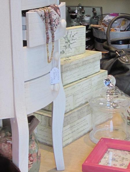 Cajas cartón forradas papel pintado. Pequeño mueble. Pañuelo. Collar.