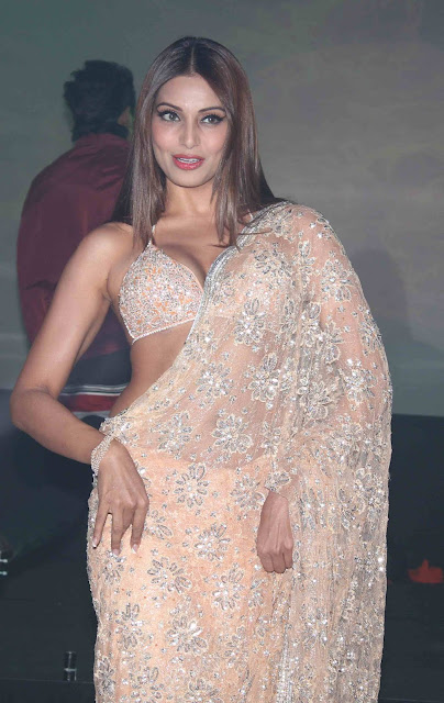 Bollywood Actress Bipasha Basu Hot Cleavage In Saree Photos