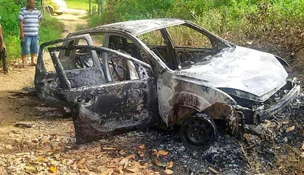 Veículo do PM foi utilizado no sequestro pelos suspeitos e depois foi incendiado (Foto: Alex Barbosa/ Site Bahia Dia a Dia)